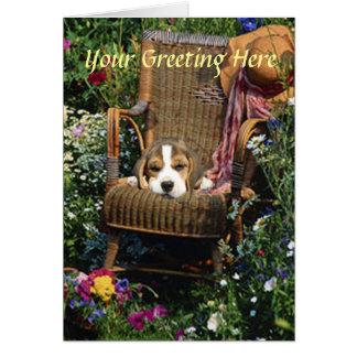 Carte de beagle dans la chaise de jardin