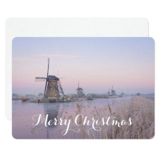 Carte de Noël avec des moulins à vent en hiver