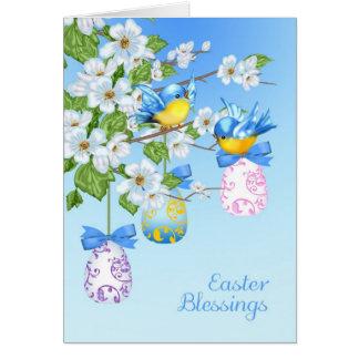 Carte de Pâques avec de petits oiseaux, oeufs et
