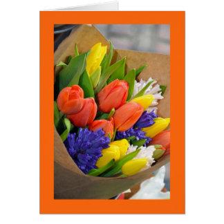 Carte de voeux colorée de bouquet de tulipe