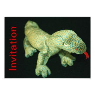Carte d'invitation de jouet bourrée par lézard