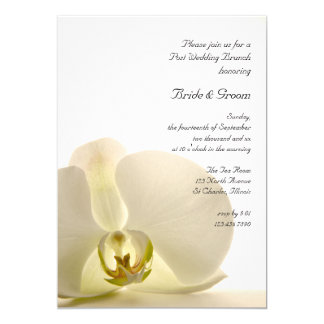 Carte Fleur d'orchidée sur l'invitation blanc de brunch