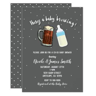 Carte Il y a un baby shower de Co-ed de tasses de bière