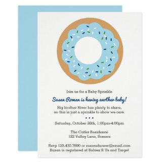 Carte Le bébé arrosent l'invitation bleue de beignet