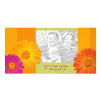 Carte Les fleurs colorées de marguerite ont personnalisé