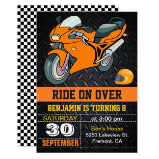 Carte Moto orange emballant l'invitation d'anniversaire