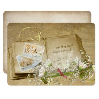 Carte ouvrez le vieil album à mariage avec le bouquet