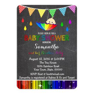 Carte Pleuvoir l'invitation de baby shower d'arc-en-ciel