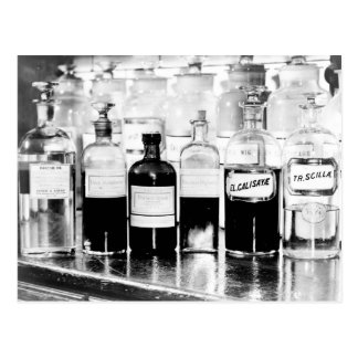 Carte Postale Affichage des bouteilles d'apothicaire contenant