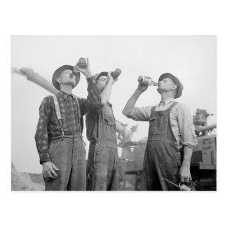 Carte Postale Agriculteurs buvant Beer, 1941
