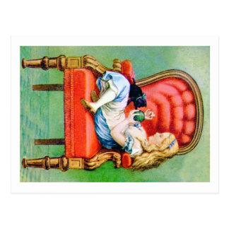 Carte Postale Alice et son chat Dinah dans la grande chaise