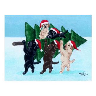Carte Postale Arbre de Noël Labradors dans le domaine de neige