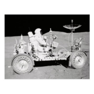 Carte Postale Astronaute conduisant le Lander lunaire sur la