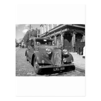 Carte Postale Automobile vintage en dehors d'un Pub anglais