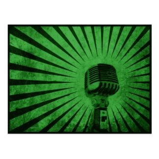 Carte postale avec le microphone vintage frais