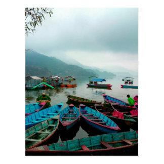 Carte Postale Bateaux de rangée colorés sur le lac Phewa dans