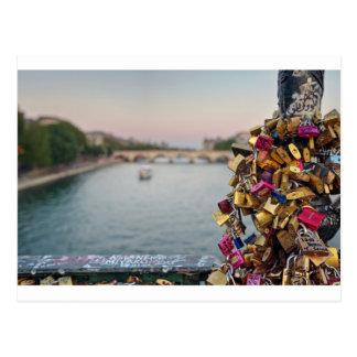 Carte Postale Beau ciel de soirée à Paris avec des serrures