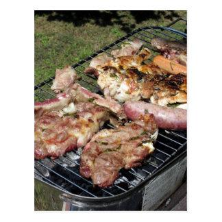 Carte Postale Bifteck et saucisses grillés tout entier sur le