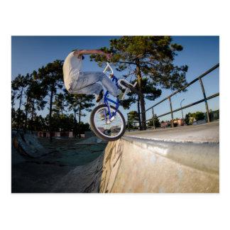 Carte Postale BMX bleu équilibrant sur le rebord