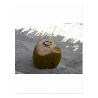 Carte Postale boisson cubaine de noix de coco sur la plage