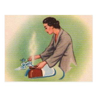 Carte Postale Bouilloire de thé vintage de femme au foyer de