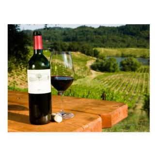 Carte Postale Bouteille de vin rouge et de verre sur la table