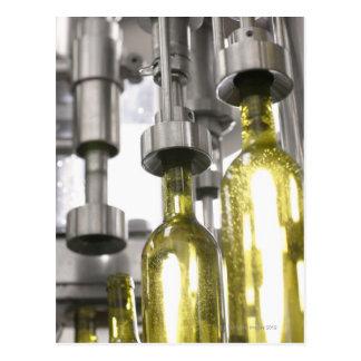 Carte Postale bouteilles de vin étant remplies du vin à l'usine