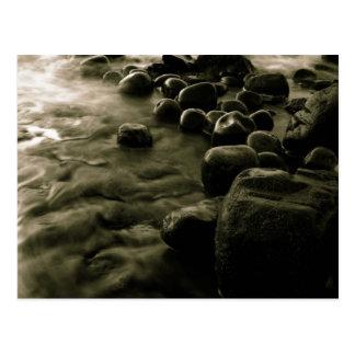 Carte Postale Cailloux noirs et blancs près de l'eau