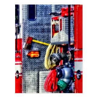 Carte Postale Camion de pompiers avec les tuyaux et la hache