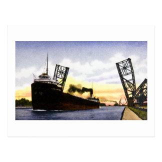 Carte Postale Cargo vide passant le pont en bascule, serrures de