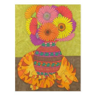 Carte Postale Chat avec des marguerites de Gerbera dans le vase
