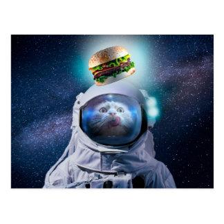 Carte Postale Chat d'astronaute regardant l'hamburger
