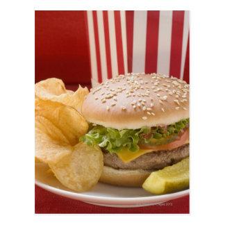 Carte Postale Cheeseburger avec les pommes chips et le cornichon