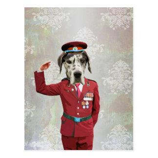 Carte Postale Chien drôle dans l'uniforme rouge