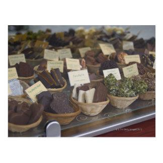 Carte Postale Chocolats dans la vitrine d'exposition
