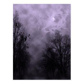 Carte Postale Ciel violet hanté de brume de Halloween avec