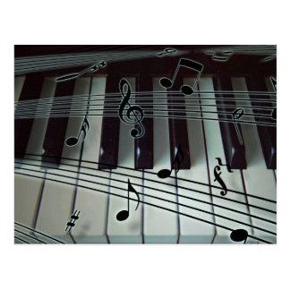 Carte Postale Clavier de piano ou d'organe avec des notes de