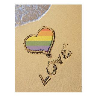 Carte Postale Coeur gai d'amour d'arc-en-ciel dans le sable