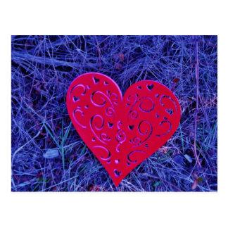 Carte Postale Coeur rose rouge sur l'herbe pourpre