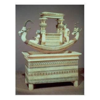 Carte Postale Coffre avec un bateau décoré de deux têtes