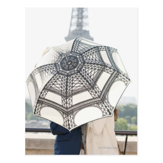 Carte Postale Couples sous un parapluie avec Tour Eiffel