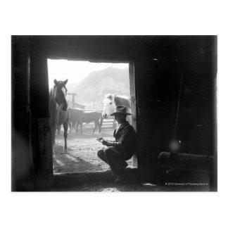 Carte Postale Cowboy dans une porte avec des chevaux