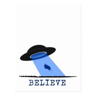 Carte Postale Croyez (UFO rayonnant vers le haut de la vache)