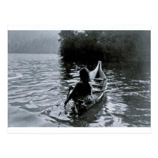 Carte Postale Dans l'ombre - Indien de Clayoquot dans le bateau