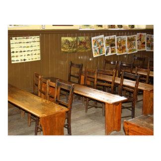 Carte postale de bureaux et de chaises d'école
