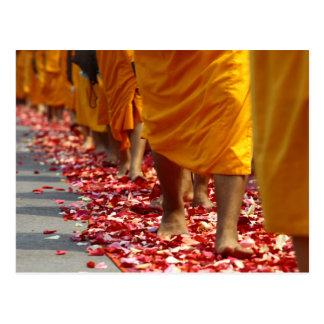 Carte postale de marche de moines bouddhistes