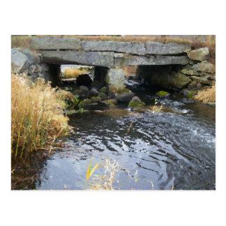 Carte postale de pont de rivière et de pierre