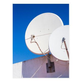 Carte Postale Deux antennes paraboliques blanches sur le mur de