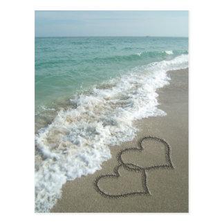 Carte Postale Deux coeurs de sable sur la plage, océan