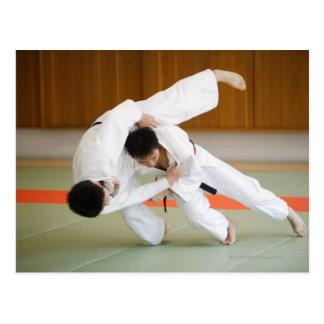 Carte Postale Deux hommes concurrençant dans un match 2 de judo